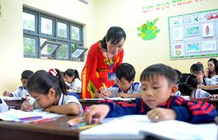 Giáo viên lội sình đến lớp ở xã đảo nghèo