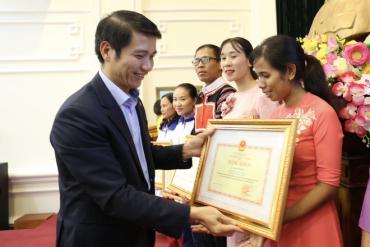 Bộ GD-ĐT tặng bằng khen cho 63 giáo viên chương trình 'Chia sẻ cùng thầy cô'